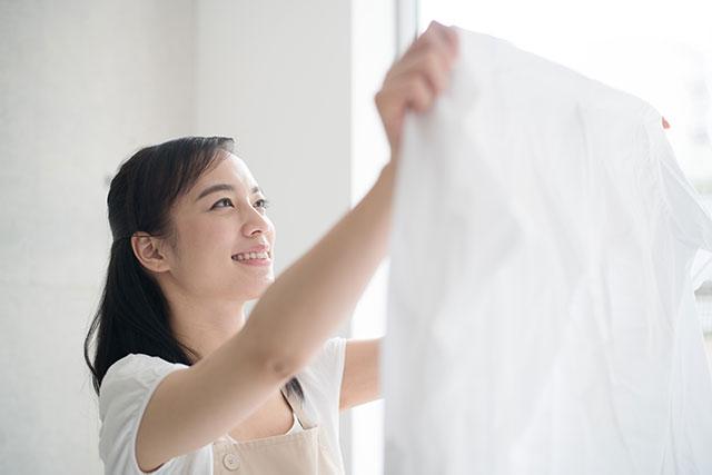 洗濯する女性