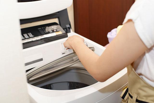 洗濯機の蓋を閉める